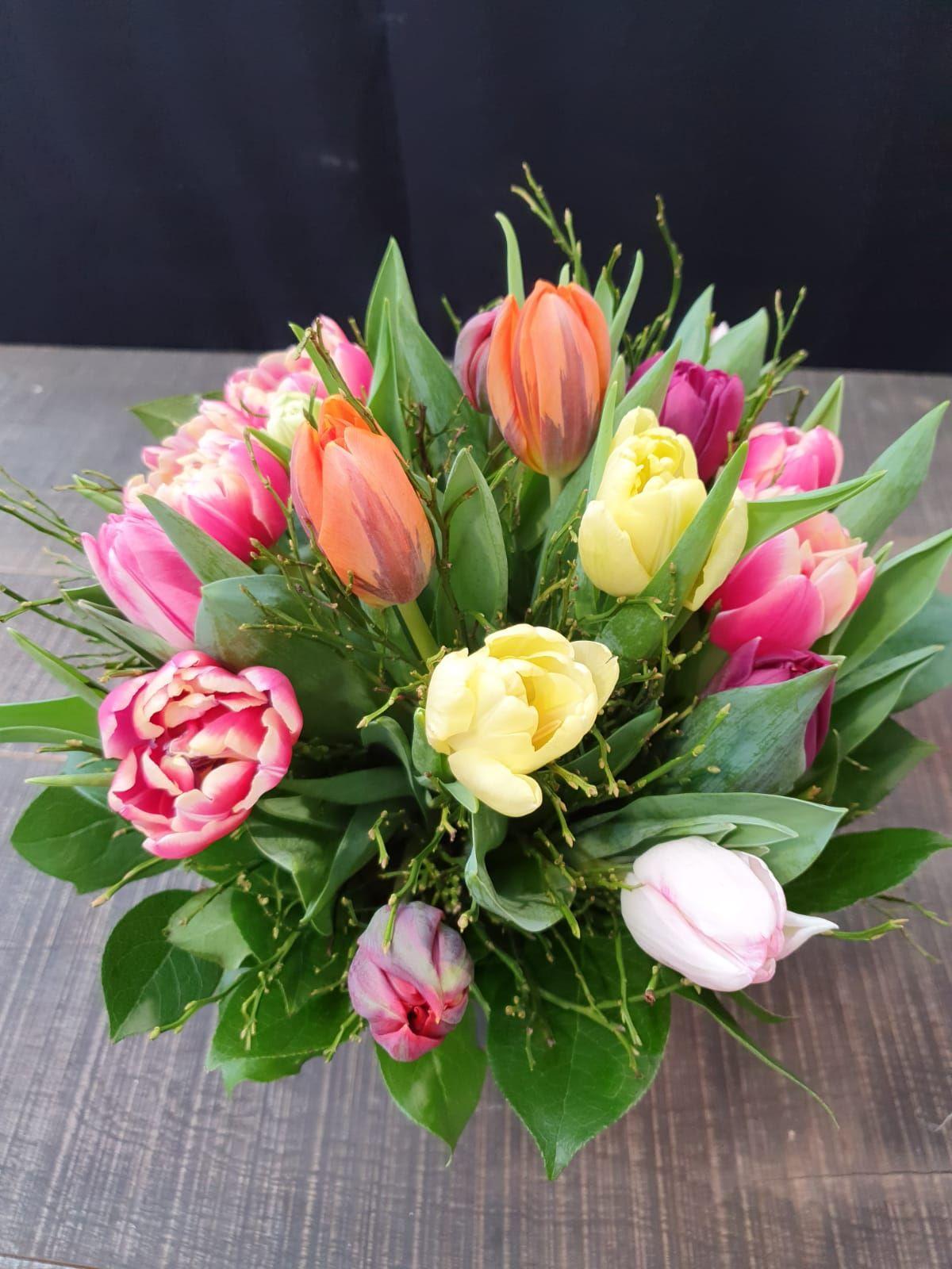 Bunte Tulpen mit Heidebeerkraut